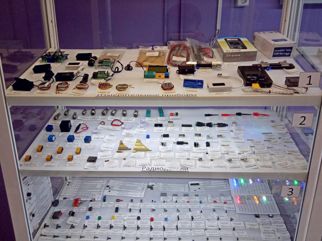 витрина - измерительные приборы и радиодетали