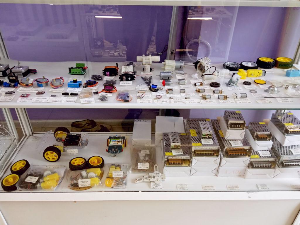 Моторы, сервомоторы и наборы сборки роботов